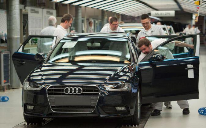 Un empleado revisa un Audi A4.