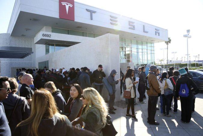 Largas colas ante un concesionario de Tesla en EEUU el día 31 de...