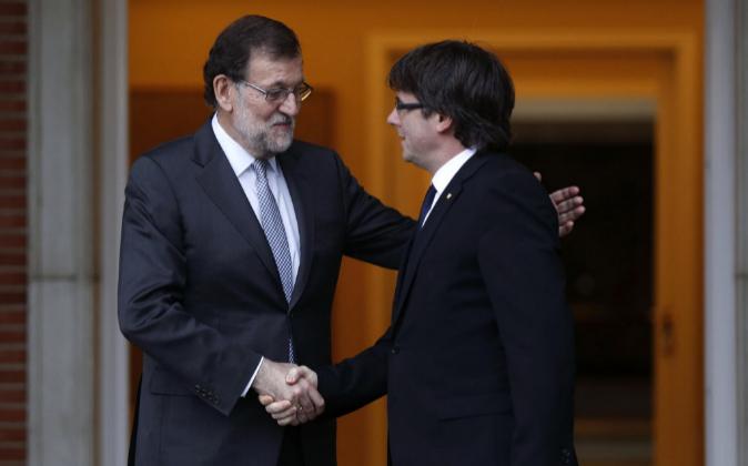 El presidente del Gobierno en funciones, Mariano Rajoy, saluda al...