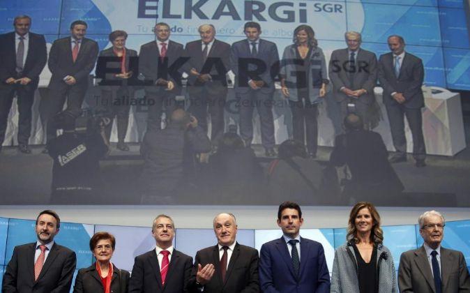 El lehendakari Iñigo Urkullu (3i), junto al presidente de la Sociedad...