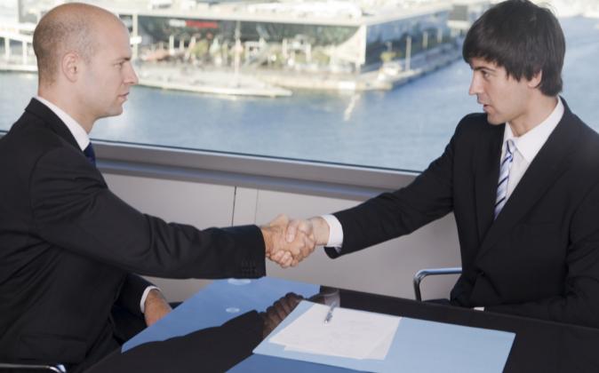 Dos ejecutivos, cerrando un acuerdo