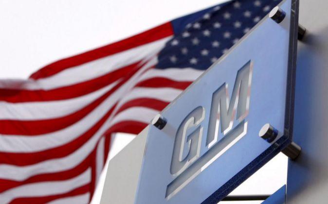 Logo de General Motors en la sede de Detroit (EE.UU.).
