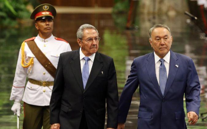 El presidente de Cuba, Raúl Castro y su homólogo de Kazajistán,...
