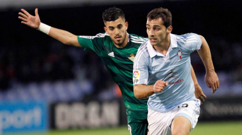 El defensa del Celta de Vigo Jonny se escapa de Dani Ceballos, del...