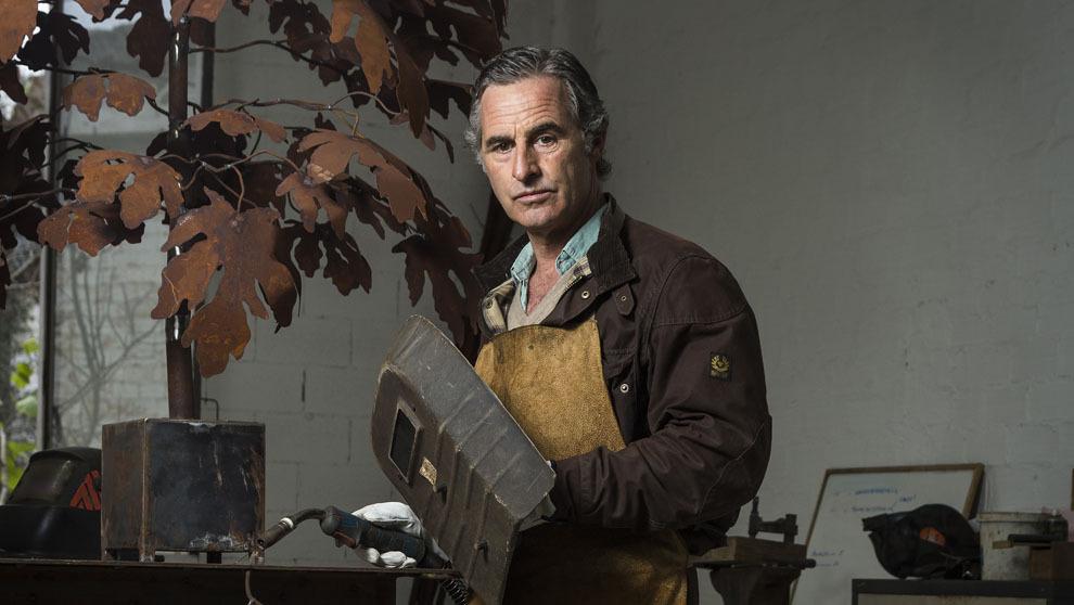 Fernando Oriol, 51 años, posa en su estudio sevillano junto a una de...