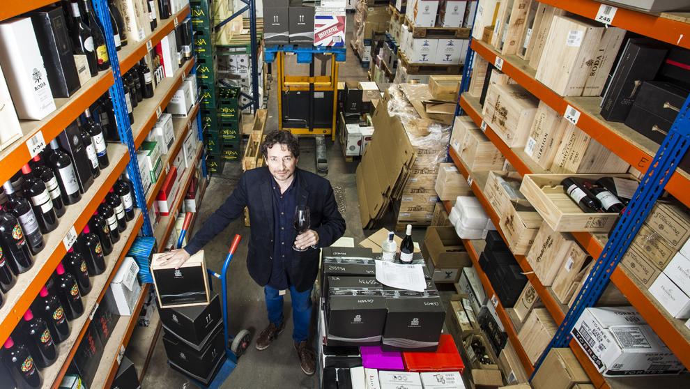 El emprendedor catalán, 40 años, en los almacenes en Madrid de Santa...