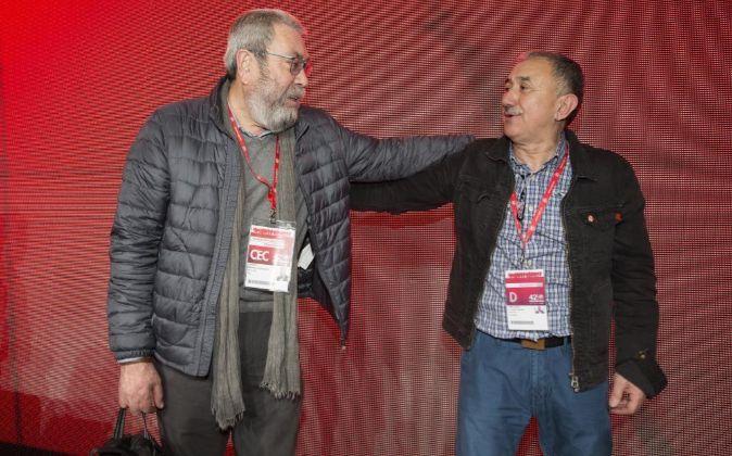 El nuevo secretario general de UGT, Josep María Álvarez, saluda a su...