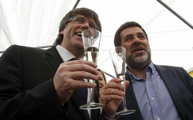 El president de la Generalitat, Carles Puigdemont (i) junto al...