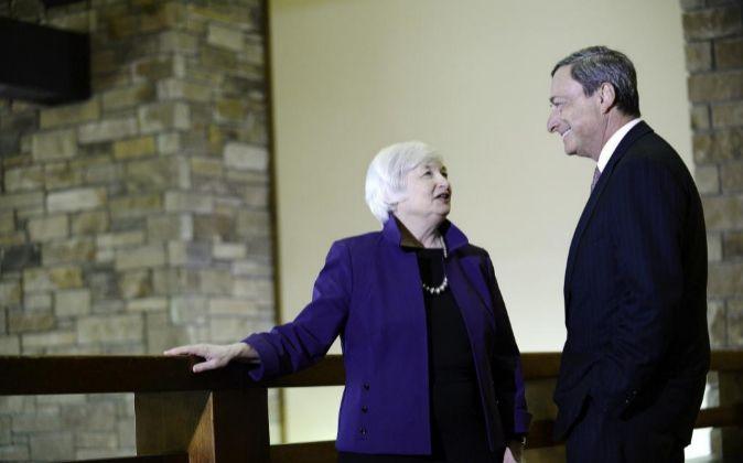 La presidenta de la Fed, Janet Yellen, y el presidente del BCE, Mario...