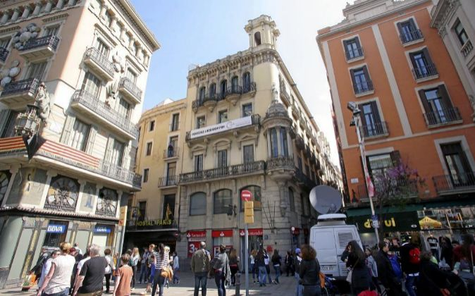 En el centro, uno de los edificios adquiridos por la Socimi de BMB, en...