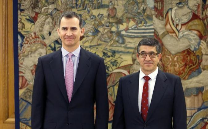 El Rey Felipe VI y el presidente del Congreso, Patxi López, en el...