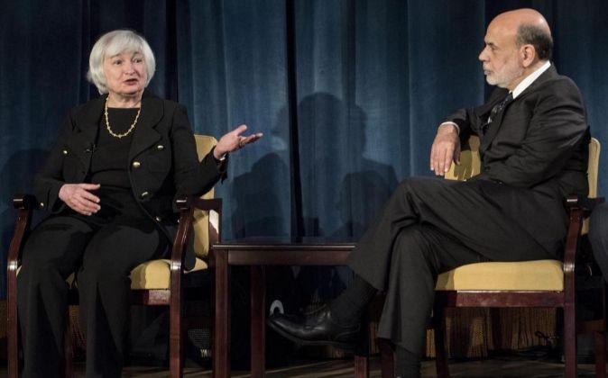 La directora de la Reserva Federal de EE.UU. Janet Yellen (i) y el...