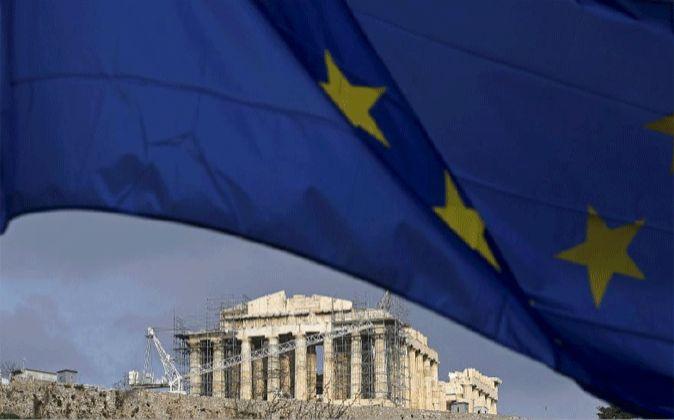 Imagen de la bandera de la Unión Europea sobre Atenas
