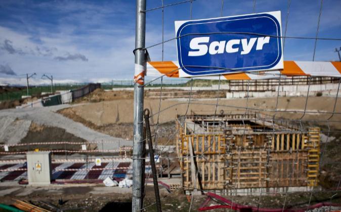 Logo de Sacyr en una valla de una obra en Madrid.