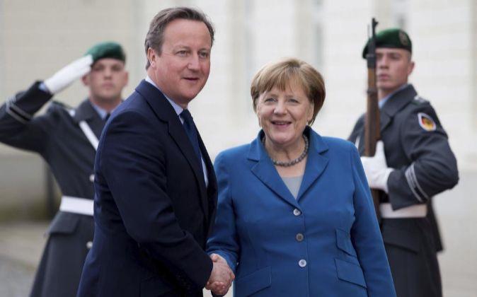 David Cameron junto a Angela Merkel.