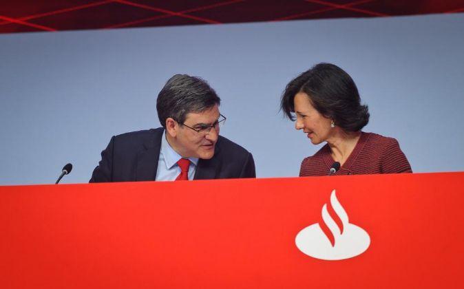 La presidenta de Banco Santander, Ana Botín, y su consejero delegado,...