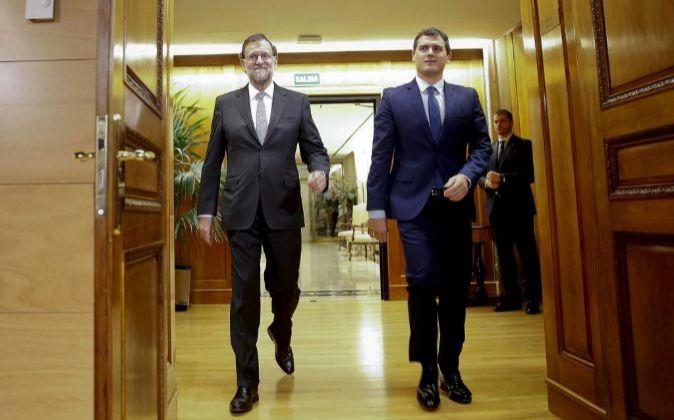 El presidente del Gobierno, Mariano Rajoy (i), y el líder de...
