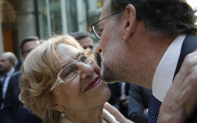 El presidente del Gobierno en funciones, Mariano Rajoy (d), saluda a...