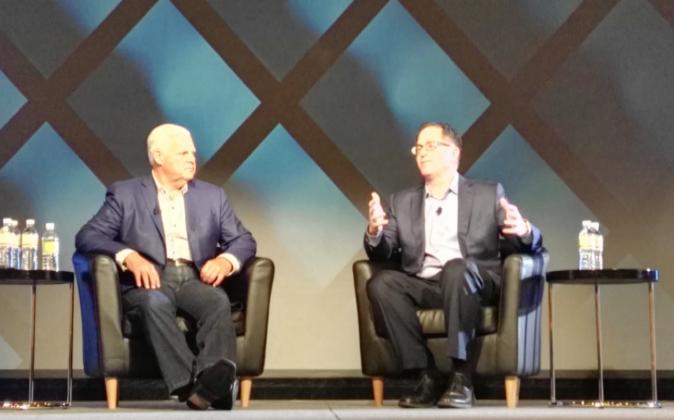 Joe Tucci y Michael Dell, consejeros delegados de EMC y Dell,...