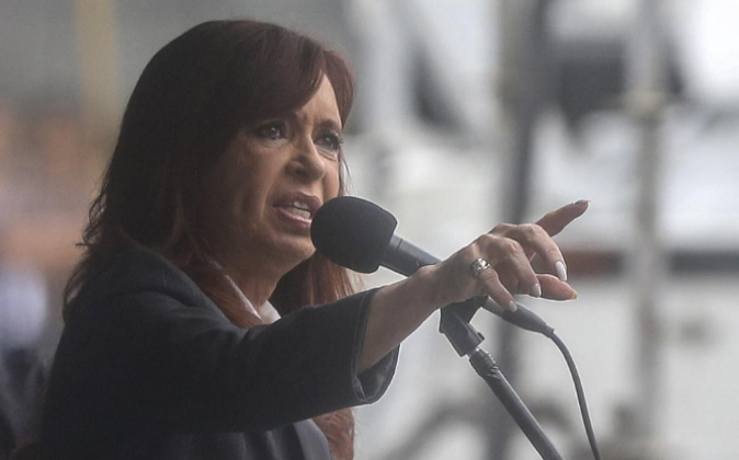 La expresidenta argentina Cristina Fernández de Kirchner habla ante...