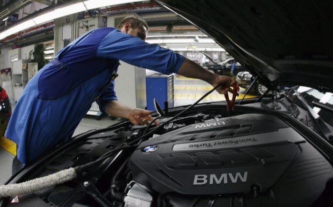 Empleado de la cadena de montaje de BMW en  Dingolginf, Alemania.