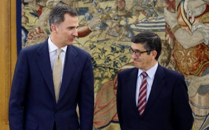 El rey Felipe VI junto a Patxi López en uno de sus encuentros durante...