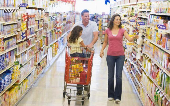 Familia haciendo la compra.