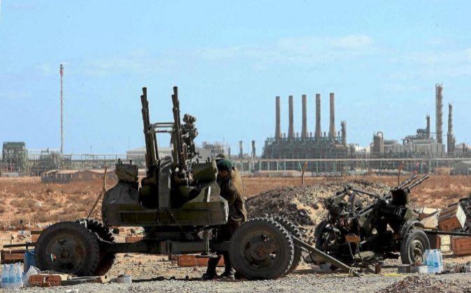 Imagen de archivo con militares delante de una refinería de petróleo...