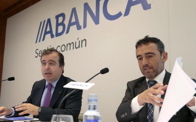 El consejero delegado de Abanca, Francisco Botas (i), y el director...