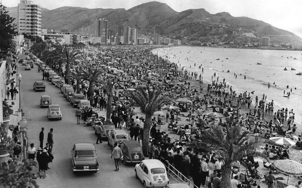 Veraneantes disfruntando de la playa de Benidorm en 1966.