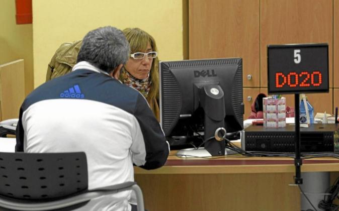 Una funcionaria atiende al público en una oficina del Servicio...