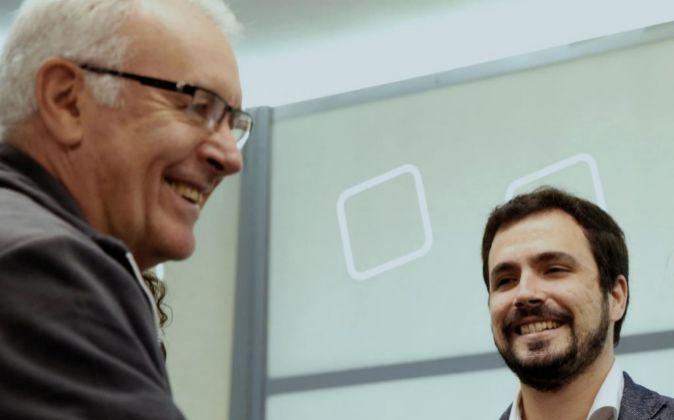 El coordinador general de IU, Cayo Lara (i) y el portavoz, Alberto...