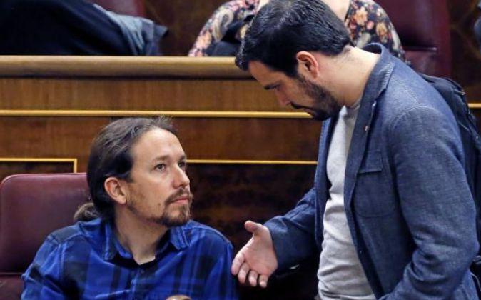 El portavoz de IU, Alberto Garzón (d), junto al líder de Podemos,...