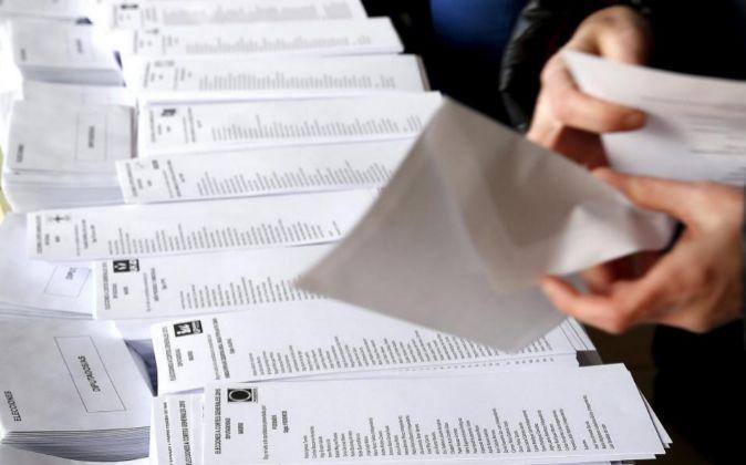 Una persona selecciona una de las papeletas al Congreso dispuestas en...