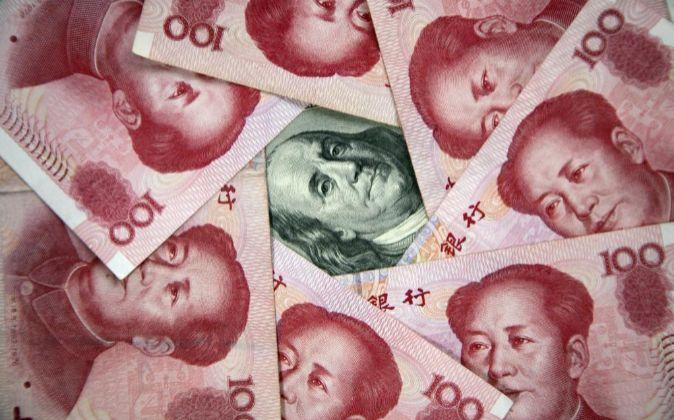 Billetes del RBM chino y el Dólar estadounidense.