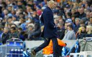 Zinedine Zidane, en la banda del Bernabéu con su pantalón roto.