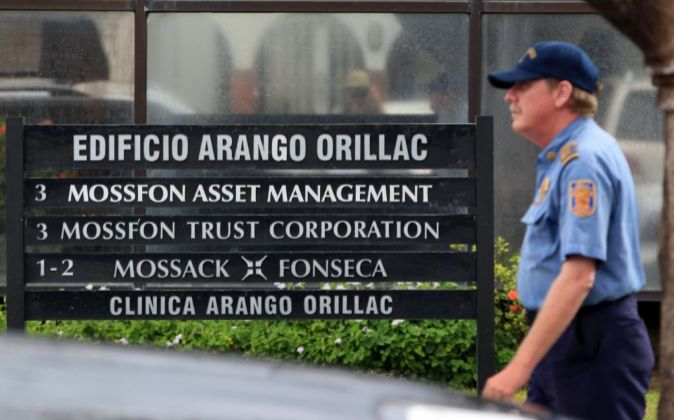 Un agente de seguridad en la entrada de la sede central de la firma...