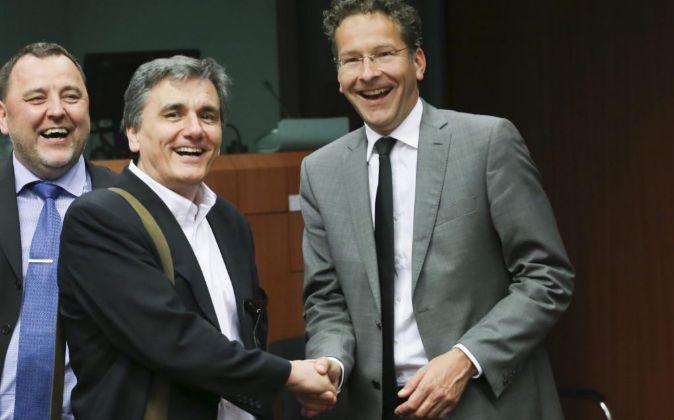 El presidente del Eurogrupo, Jeroen Dijsselbloem (d) saluda al...