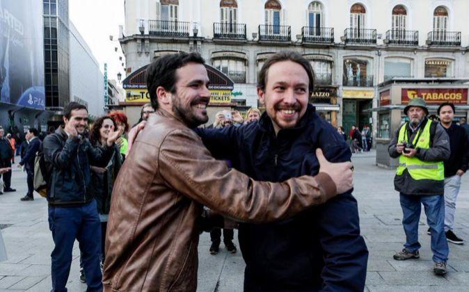 Los líderes de Podemos, Pablo Iglesias (d), y de IU, Alberto Garzón...