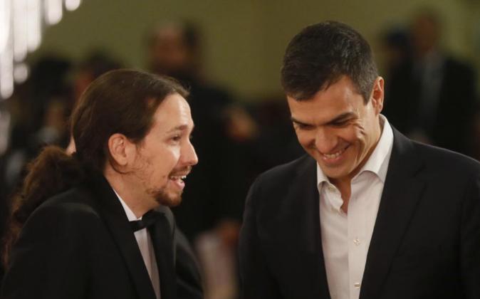 El líder de Podemos, Pablo Iglesias (i), y el secretario general del...