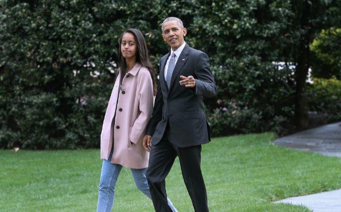 Malia Obama pasea con su padre, el presidente de los Estados Unidos.