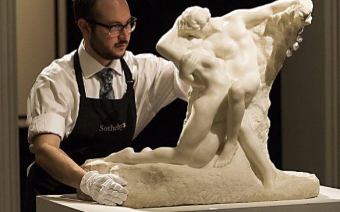Un operario de Sotheby's coloca 'La eterna primavera',...