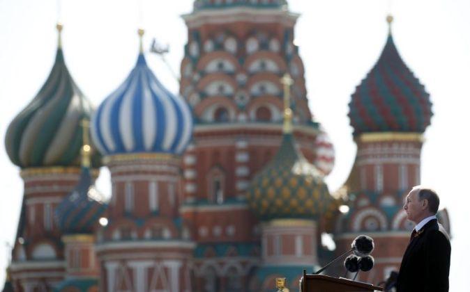 El presidente ruso, Vladimir Putin, en la Plaza Roja de Moscú...