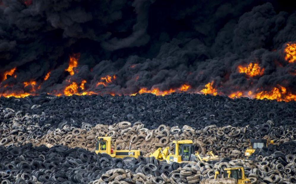 El incendio del cementerio de neumáticos de Seseña (Toledo), un...