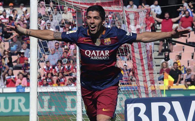 El delantero uruguayo del FC Barcelona Luis Suárez celebra el gol...