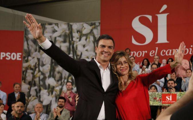 El secretario general del PSOE, Pedro Sánchez, junto a su esposa,...
