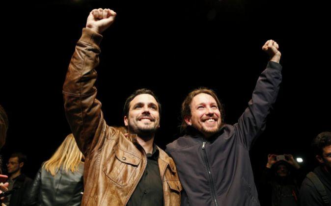 Los líderes de Podemos, Pablo Iglesias (d), y de Izquierda Unida,...