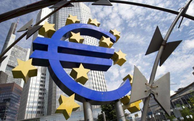 Vista de la escultura con el logo del euro que decora los alrededores...
