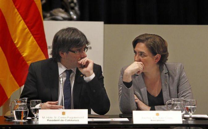 El presidente de la Generalitat, Carles Puigdemont, acompañado de la...