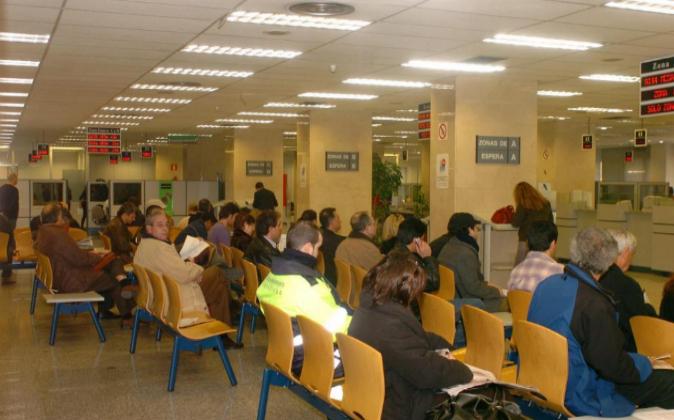 Varias personas esperan su turno para tramitar la renovación de...
